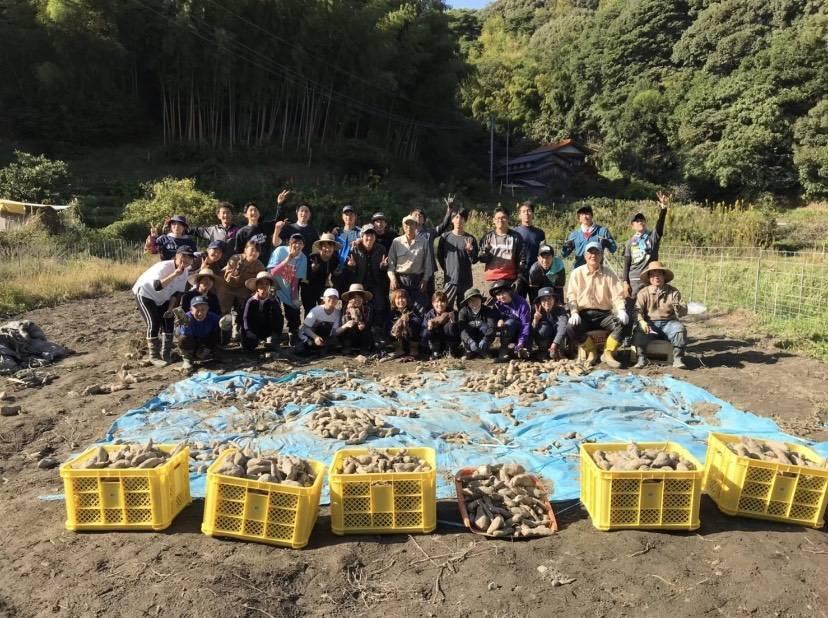 猪倉実習で地元の方と学生が芋を収穫した時の集合写真