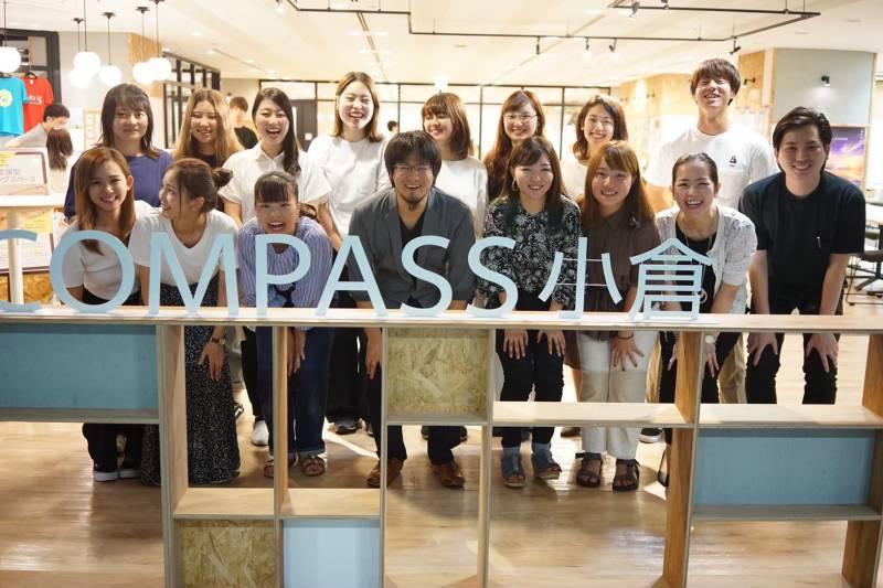 キタキュープロモーションのメンバーと、COMPASS小倉の方の集合写真